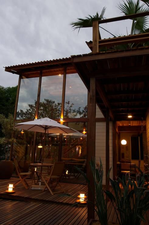 Chalé de Praia: Casas tropicais por Juliana Lahóz Arquitetura