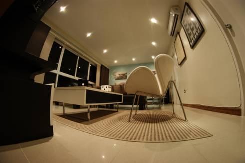 Salas/Recibidores de estilo minimalista por OMAR SEIJAS, ARQUITECTO
