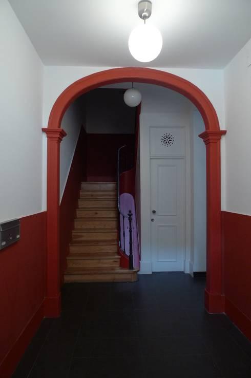 Hall de Entrada ARH: Corredores e halls de entrada  por QFProjectbuilding, Unipessoal Lda
