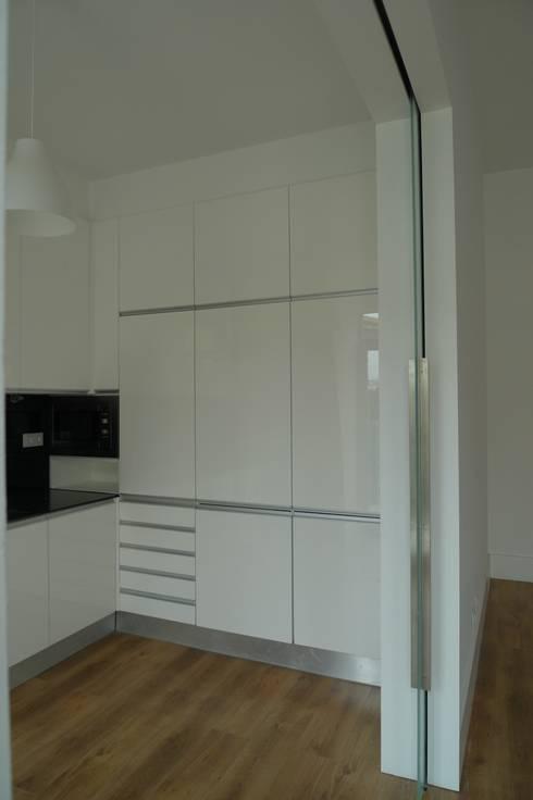 Cozinhas ARH: Cozinhas modernas por QFProjectbuilding, Unipessoal Lda