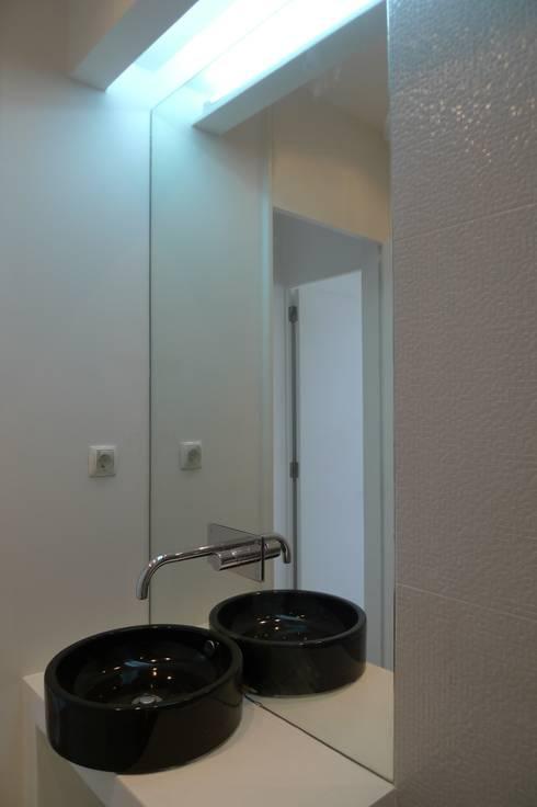 I.S Social ARH: Casas de banho modernas por QFProjectbuilding, Unipessoal Lda