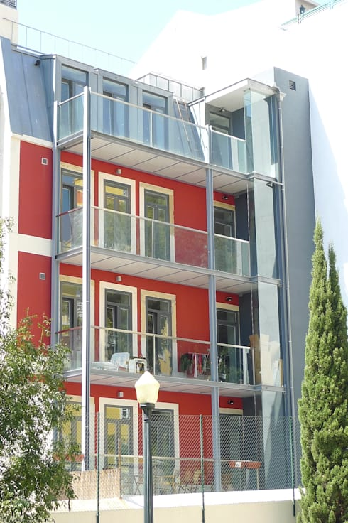 Alçado tardoz do Alcantara Red Houses: Casas clássicas por QFProjectbuilding, Unipessoal Lda