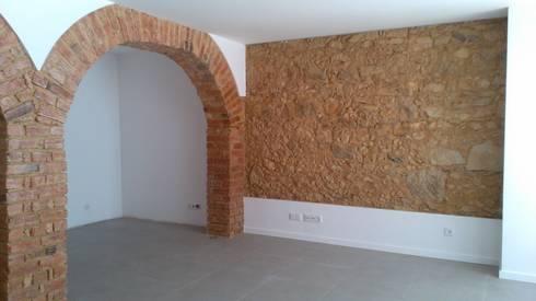 Apartment refurbishment - Estefânea, Lisbon 2016: Salas de estar industriais por QFProjectbuilding, Unipessoal Lda