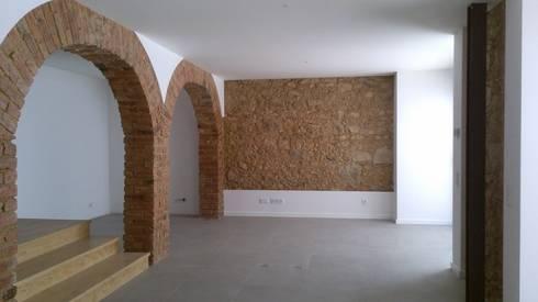 Apartment refurbishment – Estefânea, Lisbon 2016: Salas de estar industriais por QFProjectbuilding, Unipessoal Lda