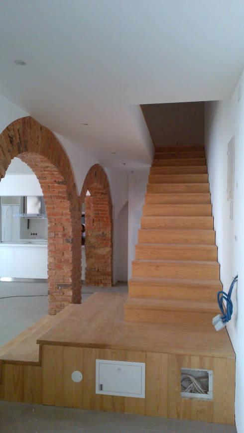 Apartment refurbishment – Estefânea, Lisbon 2016: Corredores e halls de entrada  por QFProjectbuilding, Unipessoal Lda