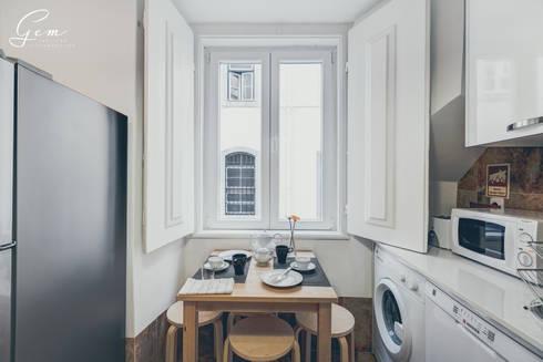 Casa Pombalina: <q>de velho a novo</q>.: Cozinha  por Obrasdecor