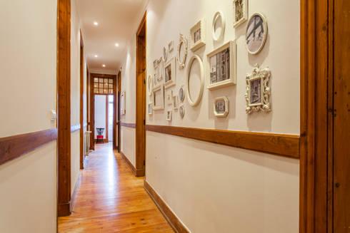 Apartamento Alma Lusa, uma casa portuguesa, com certeza!: Corredores e halls de entrada  por alma portuguesa