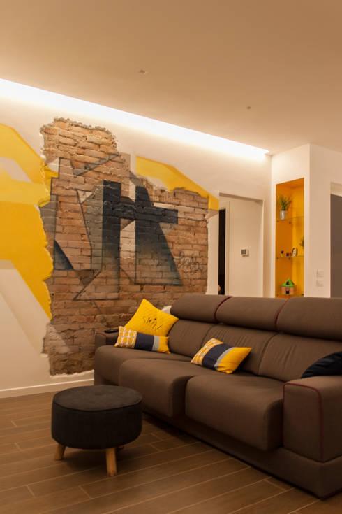 DB house: Soggiorno in stile in stile Eclettico di Architettura & Interior Design 'Officina Archetipo'
