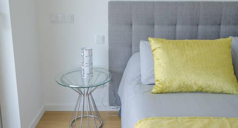 Projecto Decoração de Interiores – Design Villas Albufeira: Quarto  por Simple Taste Interiors