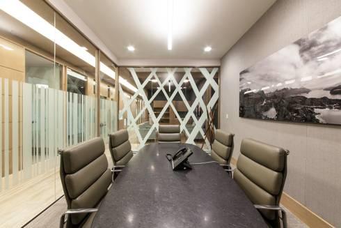 Oficinas en torre Virreyes Ciudad de Mexico: Estudios y oficinas de estilo moderno por Ofis Design