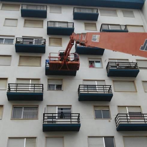 Pintura de prédio - serviço a condomínio : Casas clássicas por Atádega Sociedade de Construções, Lda