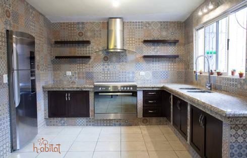 Cocina Moderna con azulejo Vintage de H-abitat Diseño & Interiores ...