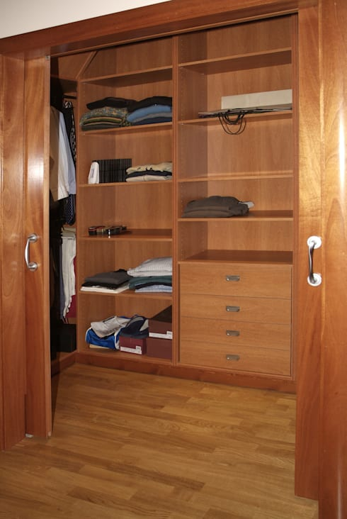 Walk in closet de estilo  por RIBA MASSANELL S.L.