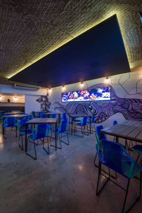 """Restaurante Bar """"La Playita"""":  de estilo  por Art.chitecture, Taller de Arquitectura e Interiorismo 📍 Cancún, México."""