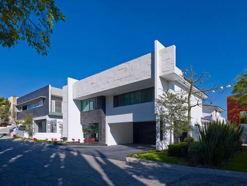 FACHADA EXTERIOR: Casas de estilo moderno por Excelencia en Diseño
