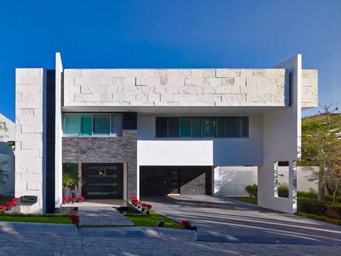 FACHADA FRONTAL: Casas de estilo moderno por Excelencia en Diseño