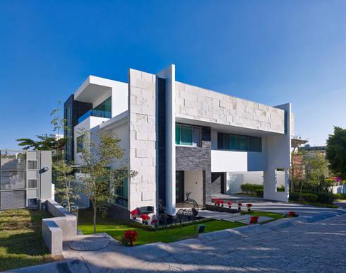 LA FACHADA FRONTAL: Casas de estilo moderno por Excelencia en Diseño