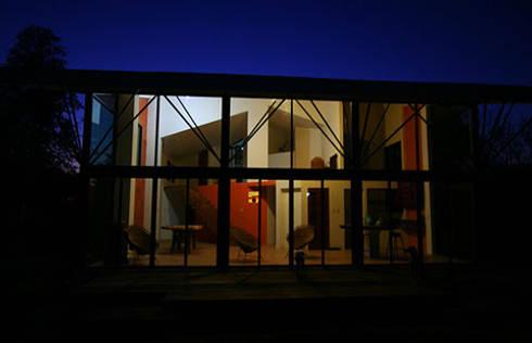 Vista nocturna de Villa: Casas de estilo moderno por PRISMA ARQUITECTOS