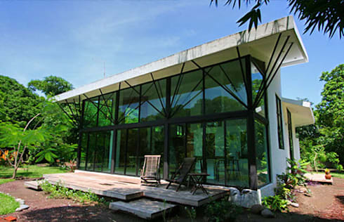 Fachada Principal de Villa: Casas de estilo moderno por PRISMA ARQUITECTOS