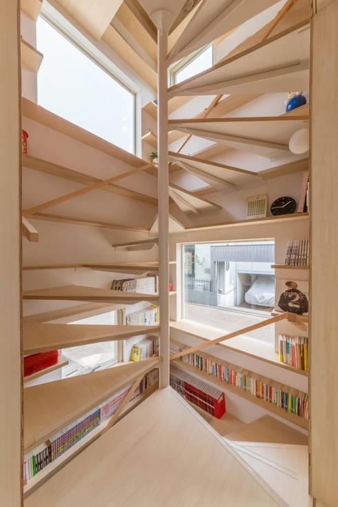 北烏山の住宅: 水石浩太建築設計室/ MIZUISHI Architect Atelierが手掛けた廊下 & 玄関です。
