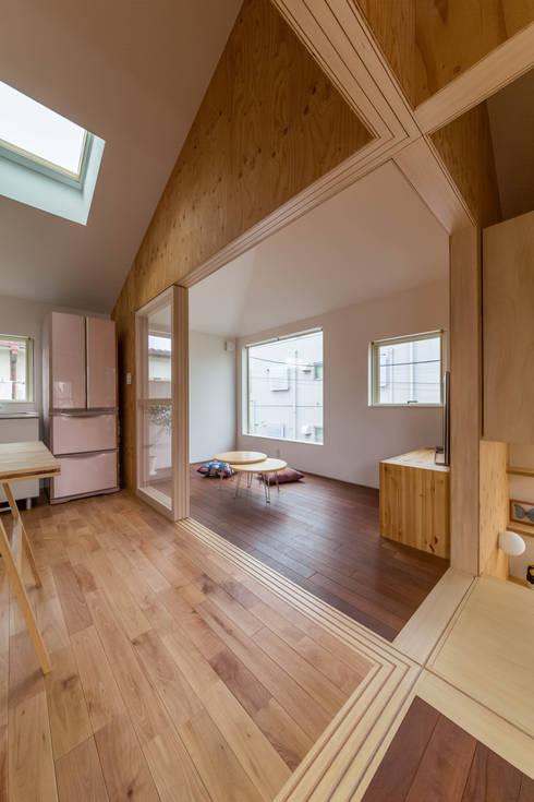 Livings de estilo  por 水石浩太建築設計室/ MIZUISHI Architect Atelier