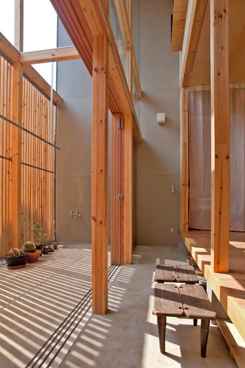 貫井北町の住宅: 水石浩太建築設計室/ MIZUISHI Architect Atelierが手掛けたテラス・ベランダです。