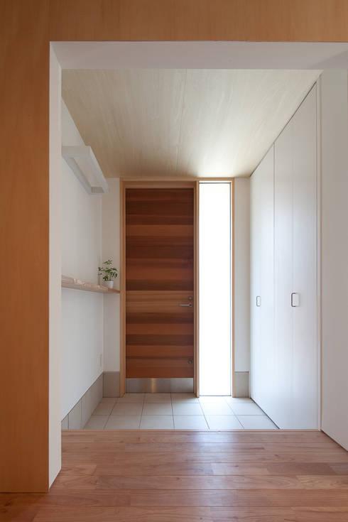Projekty,  Korytarz, przedpokój zaprojektowane przez 水石浩太建築設計室/ MIZUISHI Architect Atelier