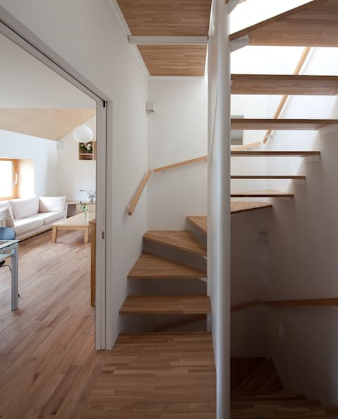 Corridor & hallway by 水石浩太建築設計室/ MIZUISHI Architect Atelier