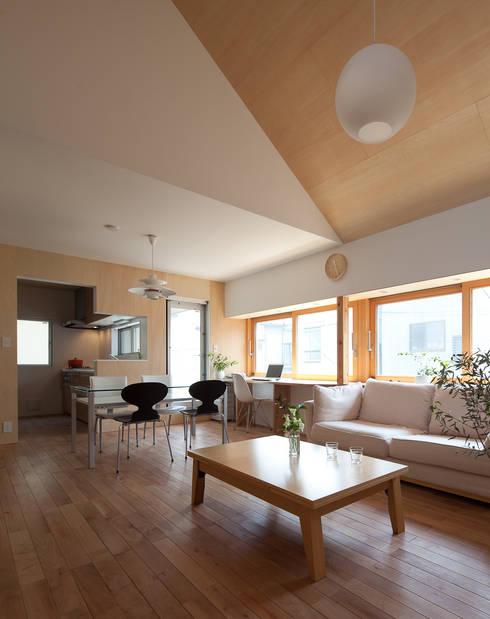 Salon de style de style Moderne par 水石浩太建築設計室/ MIZUISHI Architect Atelier