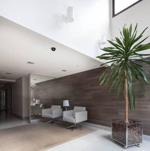 Hall de entrada: Corredores e halls de entrada  por André Petracco Arquitetura