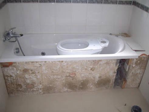 Remodelação de casa de banho foto do antes: Casas de banho minimalistas por Atádega Sociedade de Construções, Lda