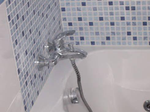 Remodelação de casa de banho foto do depois (azulejo a imitar pastilha) zona da banheira: Casas de banho minimalistas por Atádega Sociedade de Construções, Lda