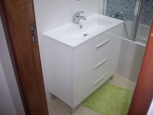Remodelação de casa de banho foto do depois - fornecimento de móvel  à medida: Casa de banho  por Atádega Sociedade de Construções, Lda