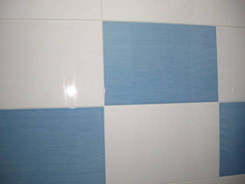 Remodelação de casa de banho foto do depois azulejo azul e branco: Casa de banho  por Atádega Sociedade de Construções, Lda