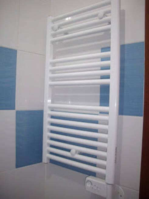 Remodelação de casa de banho foto do depois - fornecimento de toalheiro elétrico : Casa de banho  por Atádega Sociedade de Construções, Lda