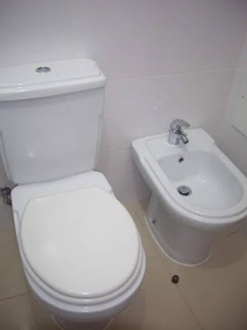 Remodelação de casa de banho foto do depois - aproveitamento das louças sanitárias: Casa de banho  por Atádega Sociedade de Construções, Lda