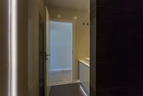 Remodelação Total Apartamento T2 Benfica – LIsboa:   por FourHouse - Obras e Serviços