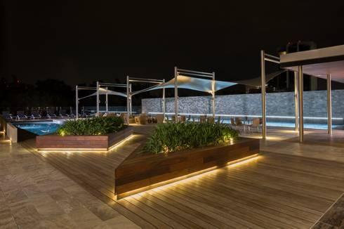 Amenidades Punto Central Fase 2: Albercas de estilo moderno por Línea Vertical