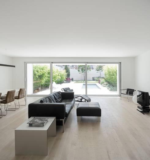 Moradia Unifamiliar na Parede. Parede 11.: Casas minimalistas por Humberto Conde R. Arquitectura Lda