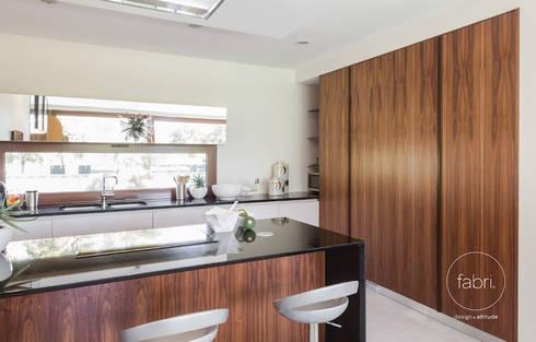 Pequeno é o novo grande: Cozinhas modernas por FABRI