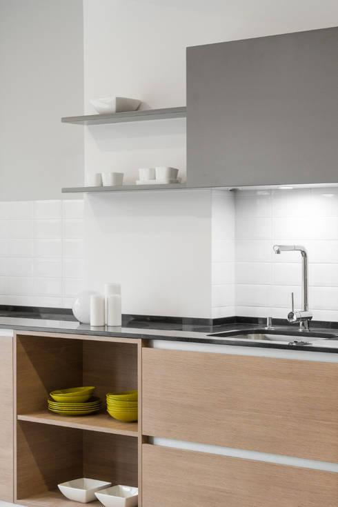 A sua parede é a nossa tela: Cozinhas modernas por FABRI