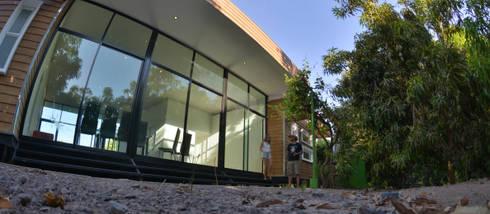 Cabaña Rossi : Jardines de estilo moderno por Constructora CONOR Ltda - Arquitectura / Construcción