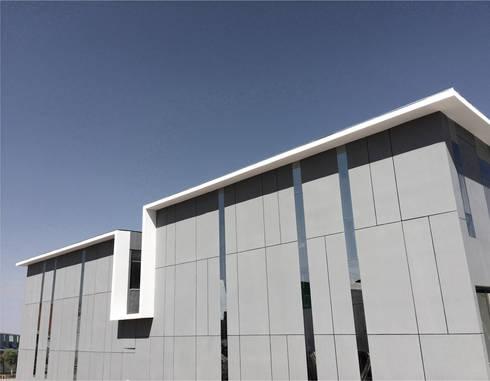 Locales Comerciales Ligure: Casas de estilo minimalista por Constructora CONOR Ltda - Arquitectura / Construcción