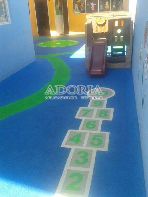 Piso Infantil de seguridad: Escuelas de estilo  por Adoria Aplicaciones Técnicas