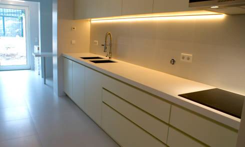 Projeto de Reabilitação_ Moradia Restelo, Lisboa: Cozinhas modernas por mube arquitectura