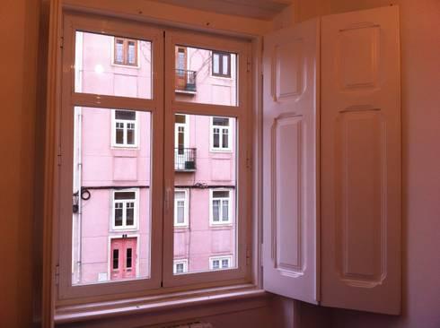 Reabilitação_ Apartamento, Campo de Ourique, Lisboa: Salas de estar modernas por mube arquitectura