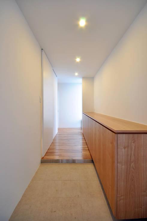 UHR-HOUSE: 門一級建築士事務所が手掛けた廊下 & 玄関です。