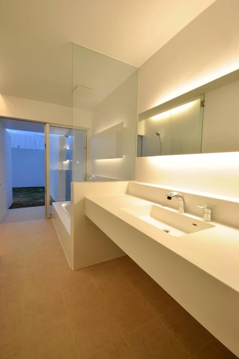 UHR-HOUSE: 門一級建築士事務所が手掛けた浴室です。