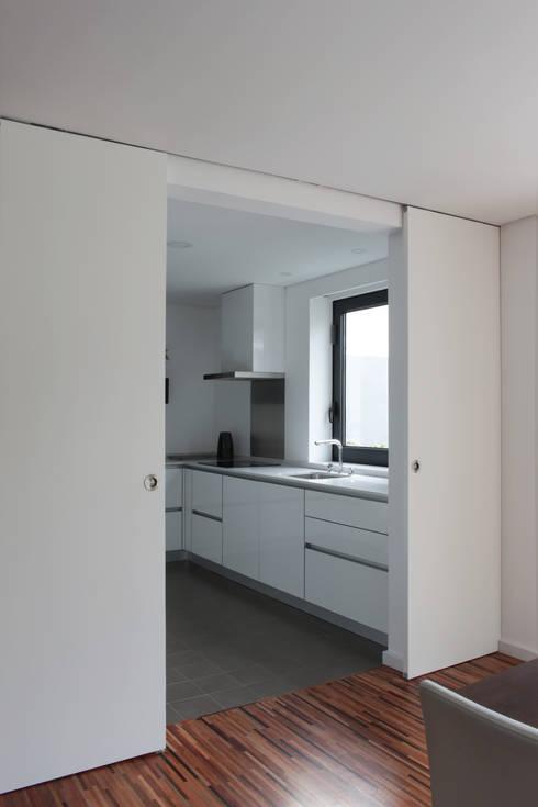 Casa rua Castro Matoso: Cozinhas  por Sónia Cruz - Arquitectura