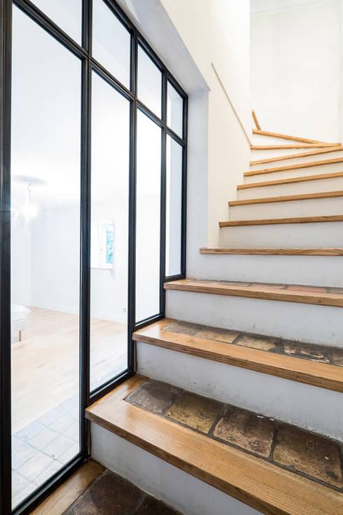 Verri re d 39 angle avec porte coulissante par ox idee homify for Verriere interieure avec porte coulissante